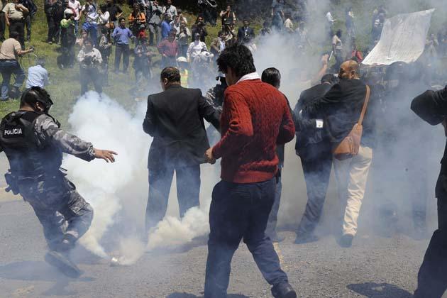 El Presidente Correa es irespetado y atacado con lacrimógenas adquiridas por su gobierno.