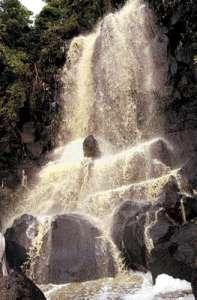 Cascada de heces y orina cayendo en la Laguna de Masaya