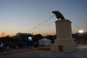 La Caída, performance de Alejandro de la Guerra, realizado en la Plaza las Américas.